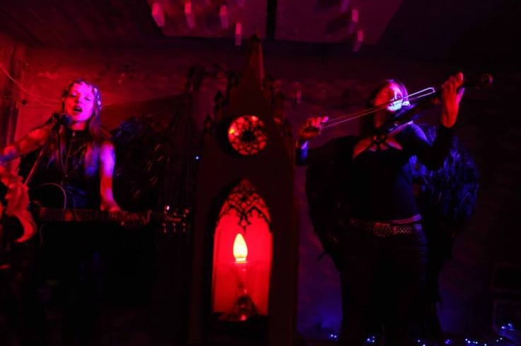 Rozalia i Cecylia Malik (Negradonna) - podczas występu na żywo.