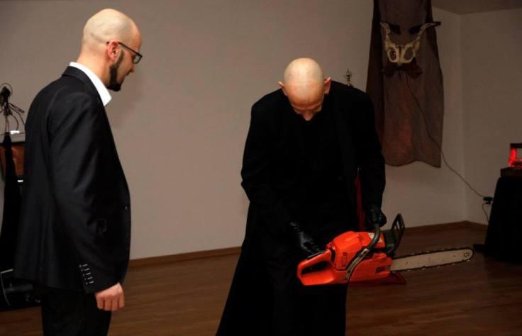 """Greg von Seduce na wernisażu wystawy """"Piękno czai się w mroku"""" (MGOK Lidzbark)"""