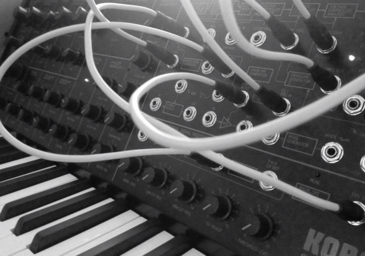 Tajemnica brzmień L'Avenir to gąszcz analogowych syntezatorów...