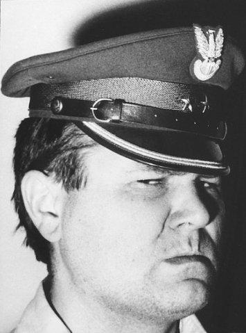 Zdzisław Beksiński - autoportret w czapce milicjanta (lata sześćdziesiąte)