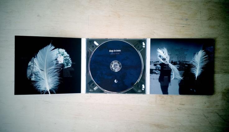 dogs in trees - pióra mew (okładka płyty CD / źródło: Bandcamp)