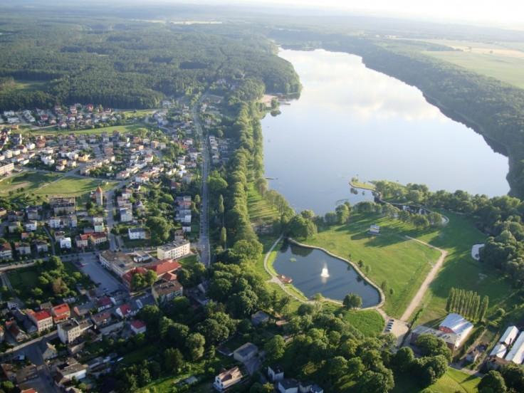 """Lidzbark z lotu ptaka. U dołu zdjęcia """"Małe Jeziorko"""" i park wypoczynkowo-rekreacyjny - miejsce Festiwalu (źródło: www.lidzbark.pl)"""